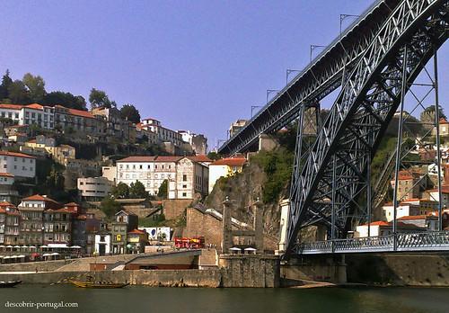 Vê-se ao fundo os pilares, vestigios da Ponte Pênsil