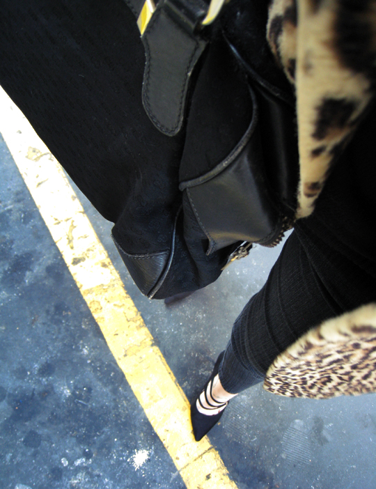 street walking+pointy toe shoes with straps+leopard print faux fur coat+vintage gucci bag