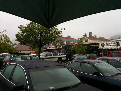 雨のネルソン。傘をさす欧米人は少ない。