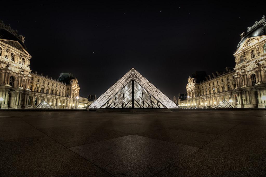 Pyramide du Louvre la Nuit