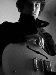 Mi pequeo artista (fffrancis) Tags: bw blancoynegro reflex retrato daniel guitarra olympus e1 zuikodigital zd50mmf20 e335 semiacstica fffrancis