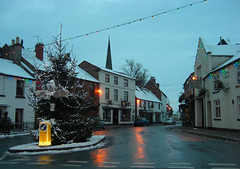 Brewood, South Staffordshire (Lady Wulfrun) Tags: christmas winter lights evening december village dusk boxingday streetscene christmastree christmaslights bollard 2010 26th theswan swanhotel wintery wintry fingerpost brewood southstaffordshire 26thdecember eveningfall illumionation swamninn