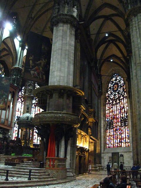 ミラノの大聖堂の柱のフリー写真素材