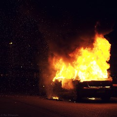 burn (Le***Refs *PHOTOGRAPHIE*) Tags: light urban car night fire 50mm nikon cops police voiture burn violence f18 nimes nuit pompier feu happynewyear banlieue 2011 d90 burnedcar emeute violenceurbaine bonneannée stsylvestre zupnord lerefs