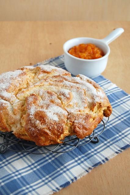 Pandoro with peach jam / Pandoro com geléia de pêssego
