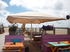 Reuzenparasol door Ambiance Zonwering (ambiancebuitenleven) Tags: parasol solbeach ambiancezonwering beachclubterras horecaparasol
