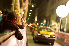 Expectacin (light thru my lens) Tags: barcelona people night canon lights luces noche interestingness gente bokeh cab taxi explore nocturna streetphoto gent nit llums rambla expectation liceu canonef50mmf14usm expectacin latelier explored eos7d juego2 expectaci lightthrumylens noviembre2010 ltml joanmarsergiflickrmeeting premiosondas esperandolallegadadelosfamosos brangulivaseraqui