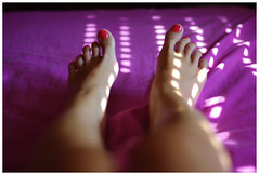 My feet (RL Stars) Tags: auto light portrait feet luz window girl ventana 50mm bed bedroom chica blind pentax retrato creative fuchsia persiana pies cama habitacin photoart fucsia vigo chinon f17 creativas k200d tecendoredes rlstars