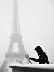 La tour eiffel sous la  neige (. ADRIEN .) Tags: street winter snow paris france la photo tour shot candid hiver eiffel toureiffel concorde neige rue adrien 2010 decembre sous trocadro enneig champslyse adriensanglferrire streetphotographycandidstreetportrait