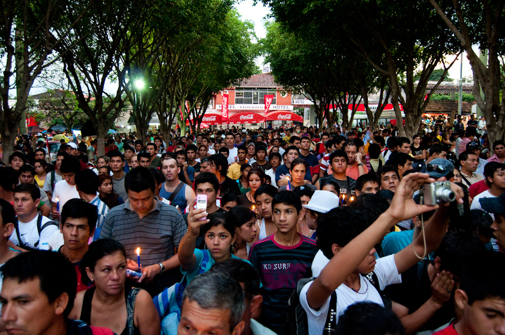 "Devotos de la Virgen de Caacupé escuchan la Misa Central de las 06:00hs en la mañana del 8 de Diciembre en la plaza frente a la Basílica, esa mañana el Cardenal de Boston ""O'Maley"" ofició dicha Misa. (Elton Núñez - Caacupé, Paraguay)"