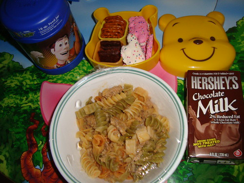 Tricolor rotini with Italian sweet sausages to thermos,real strawberry bar,pretzels,frosted animal cookies 12-14 by Rina Ameriasianbento