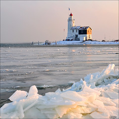 winter glow (leuntje (on tour)) Tags: winter lighthouse netherlands explore icefloes vuurtoren marken ijsselmeer markermeer driftice ijsschotsen paardvanmarken leuropepittoresque formerisland