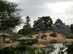 釣殿、島茶屋、唯心山と岡山城。