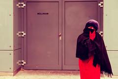 Il grande freddo (AlexLiverani) Tags: pictures vienna wien street door old red woman cold color alex guanti lady out grande donna strada colore foto dress photos coat il occhi sguardo porta di third stolen rosso rifiuti rule freddo abito ingresso cappello simmetria fotografo faenza vecchia uscita rossa mantella professionista signora coperta guanto vestito berretta rubata terzi anziana mantello regola liverani avvolta viennense