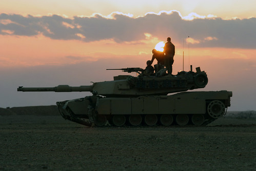 フリー写真素材, 乗り物, 軍用車両, 戦車, 夕日・夕焼け・日没, 戦争・軍隊, Mエイブラムス, アメリカ海兵隊, イラク共和国,