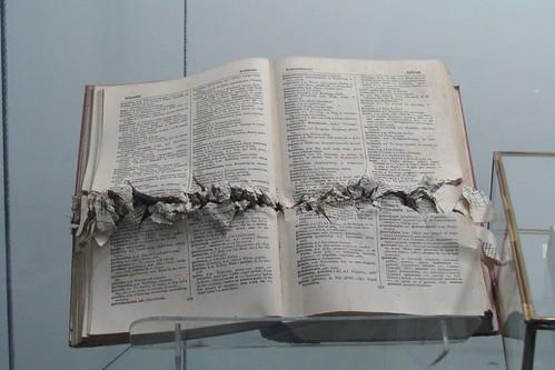 Libros abaleados por los militares