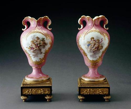 010-Par de jarras de orejas con fondo rosado 1758-Porcelana de Sèvres-Museo del Louvre-© R.M.N.J.G. Berizzi