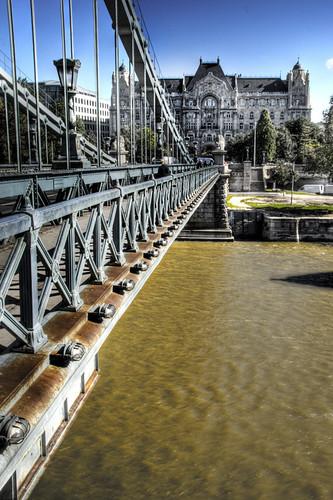 Chain bridge and Gresham Palace. Budapest. Puende las Cadenas y palacio Gresham