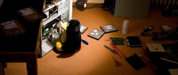 Tux reparando una PC