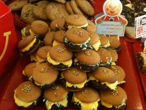 Adorable mini-cheeseburger cookies