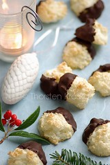 German Coconut Christmas Cookies: Kokosmakronen (Thorsten (TK)) Tags: christmas xmas winter red food green cookies germany weihnachten baking advent candle sweet coconut chocolate seasonal decoration german bakery icing regional kekse christmascookies traditionalfood foodphotography foodpresentation coconutmacaroons weihnachtsbckerei christmastreeball christmasbakery weihnachtsbaeckerei foodstyling kokosmakronen germanchristmascookies thorstenkraska germanchristmasfood kokosmakrone christmasfoodingermany germanychristmascookies