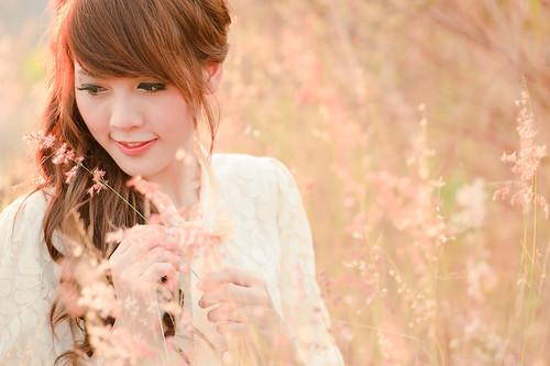[フリー画像] 人物, 女性, アジア女性, 草原, 201102100900
