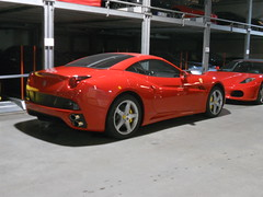 Ferrari California (Transaxle (alias Toprope)) Tags: auto california red berlin rot cars beauty car rouge 22 design rojo nikon power tail convertible ferrari voiture coche soul topless 100views bella autos 2008 rosso macchina 2009 coupe scuderia 50views supercar v8 coches sportscar voitures 2012 maranello 2010 toprope roadster granturismo pininfarina meilenwerk italiancars rearlight dreamcar sportcars 2011 webasto droptop transaxle scuderiaferrari grandtourer italianclassics over300 7speed 4seater bellamacchina frontengine hardtopconvertible flatplanecrankshaft 43litre autoitaliane multilinkrearsuspension directinjection italianblood italcar foldingmetalroof wiebestrasse studiopininfarina batistapininfarina dualclutchtransmission frontmid webastohardtop