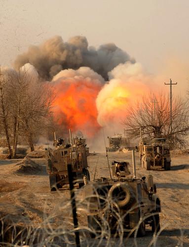 フリー写真素材, 社会・環境, 戦争・軍隊, 軍用車両, 爆発, アフガニスタン・イスラム共和国,