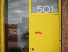 501 (bartholmy) Tags: door dog reflection cars yellow skyline clouds virginia wolken richmond hund gelb pottedplant va autos bewareofdog spiegelung tr 501 churchhill topfpflanze warnungvordemhunde