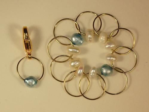 Nr. 179 - Ferskvannsperler, 2 blå + 8 hvita + 1 krok, tynn gullfarget kobberwire, rund, 6 mm.   IMG_3751