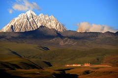 The sacred Mount Zhara Lhatse 5820m at sunset, Tibet (reurinkjan) Tags: nature prayerflag chenresig drolma lungta chanadorje sacredmountains mywinners jambayang tibetanlandscape     janreurink ommanipemehung tibetanplateaubtogang kham buddhism tibet sacredmountainsoftibet dardocounty zharalhatse5820m19094ft lhaganggompa minyaglhagangyongdzograbgilhakangtongdrolsamdribling chortenmchodrten nyingmapasherda prayerflagsonstaff landscapeyulljongs naturerangbyung sunsetnyirgas 2010 lhaganglhasgang landscapesceneryrichuyulljongsrichuynjong peakofasolitarymountainridochadridoch