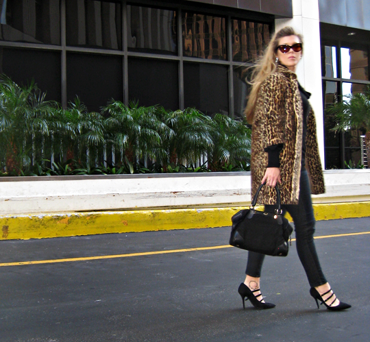 vintage faux fur leopard coat+black jeans and sweater+pointy toe heels with straps+cat eye sunglasses