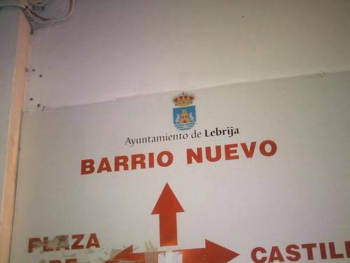Escudo de Lebrija en cartel indicador