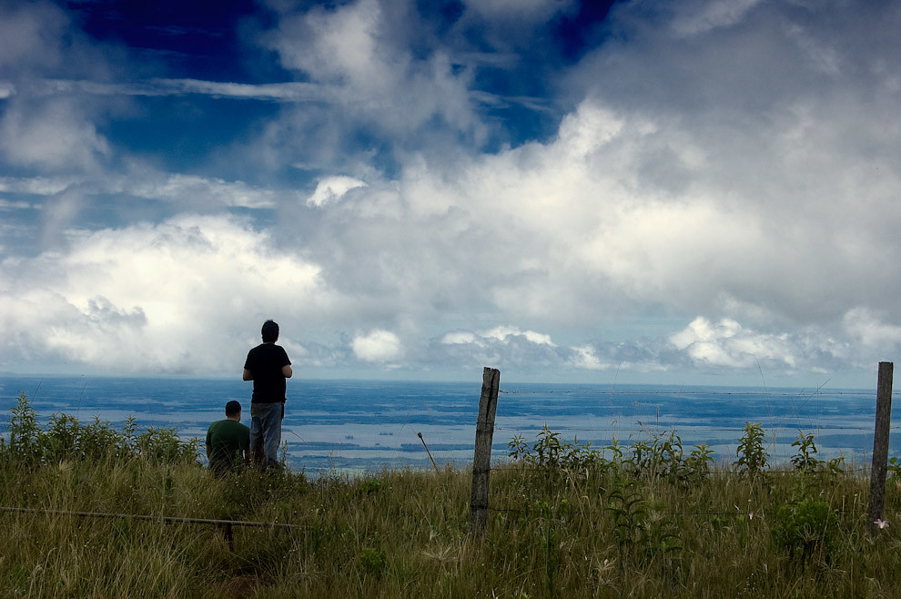 En la cumbre del Cerro 3 Kandú, dos amigos fotógrafos contemplan el imponente paisaje que nos obsequia este cerro. Con una altura de aproximadamente 842 metros se convierte en el pico más alto que tiene el Paraguay, lógicamente, llegar hasta la cima es toda una odisea. (Elton Núñez - Gral Garay, Paraguay)
