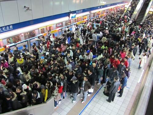 2011跨年煙火-捷運滿滿的人潮-1.JPG