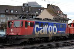 SBB Cargo Lokomotive Ae 6/6 11519 bzw. Ae 610 519 - 1 Giubiasco ( Hersteller SLM Nr. 4629 - Baujahr 1966 ) am Bahnhof Thun im Kanton Bern in der Schweiz (chrchr_75) Tags: hurni christoph schweiz suisse switzerland svizzera suissa swiss kanton bern berne berna bärn kantonbern chrchr chrchr75 chrigu chriguhurni 1101 albumbahnenderschweiz2011 2011 zug train juna zoug trainen tog tren поезд lokomotive паровоз locomotora lok lokomotiv locomotief locomotiva locomotive eisenbahn railway rautatie chemin de fer ferrovia 鉄道 spoorweg железнодорожный centralstation ferroviaria sbb cff ffs schweizerische bundesbahn bundesbahnen lomomotive eisenban bahn treno albumsbbae66lokomotive hurni110113