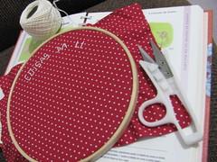 Uns pontinhos ... (Joana Joaninha) Tags: vermelho linha bordado relaxar pa joanajoaninha hellennilce