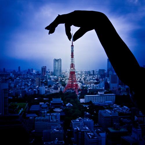 [フリー画像] 建築・建造物, 塔・タワー, ボディーパーツ, 手, 日本, 東京タワー, 東京都, 201106060500