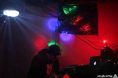 IMG_2318 (Dan Correia) Tags: party macintosh lights traktor dj laptop canonef35mmf2 drumnbass djikon cdjs macbookpro traktorscratch