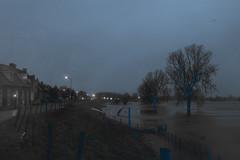 Lith, Lithsedijk met hoogwater op de Maas tot tegen de Dijk. (petervandelavoir) Tags: evening flood lith avond maas dyke dijk highwater overstroming meuse mixedcolors hoogwater themeuse lithsedijk january2010 januari2010 gemengdekleuren