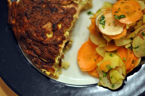 Omelet med røget ørred, forårsløg, champignon og rygeost og salat af jordskokker, gulerødder og æbler