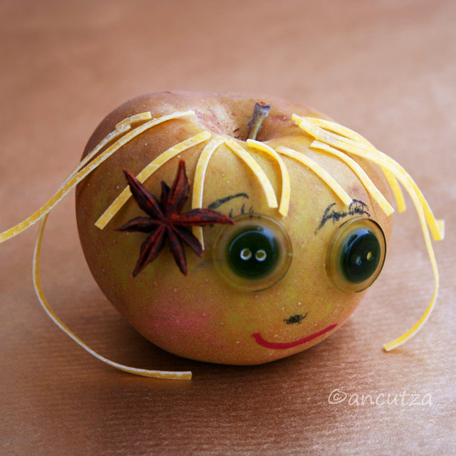 Foto divertente con una mela renetta
