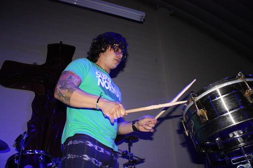Tavo Bárcenas en la percusión