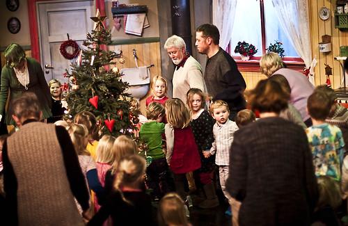 Juleleker - julesang rund juletreet.
