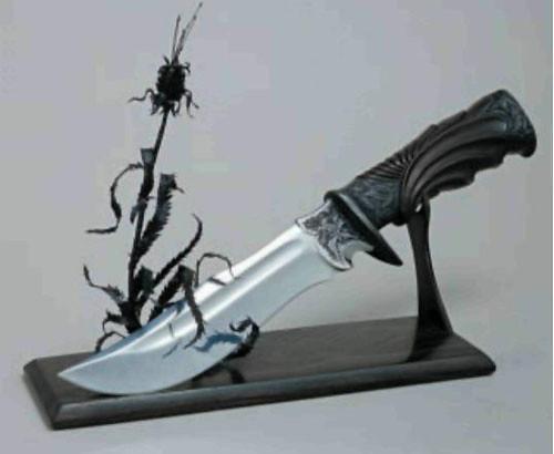 Нож кабинетный на подставке «Чертополох» (1998г.). Автор: Г.Копылов (г.Москва). Нержавеющая сталь, сталь, медный сплав, железное дерево. Ковка, резьба, гравировка, канфарение, оксидирование.