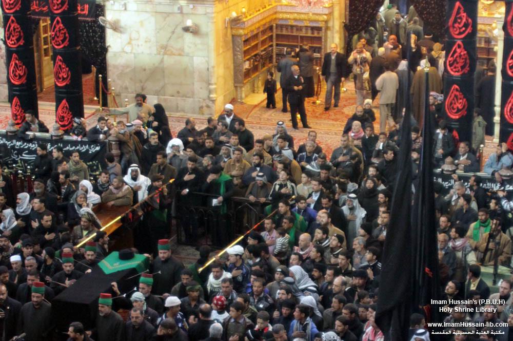 زوار الإمام الحسين عليه السلام يشاركون في التشييع الرمزي لنعش الإمام الحسن في ذكرى استشهاده عليه السلام