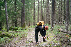 kammiovuori-kengannauhojen_solmiminen-EetuLinnankivi (OutdoorsFi) Tags: kammiovuori mennäänmetsään sysmä nature walking