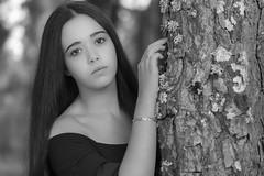 Barbara  081016-8458 (Eduardo Estéllez) Tags: bosque arbol pino pinar naturaleza natural glamour pensativa mujer joven chica guapa modelo belleza casual ojos enfoqueselectivo primerplano retrato fondodesenfocado tranquila localizacion airelibre horizontal blancoynegro monocromo extremadura barbara estellez eduardoestellez españa