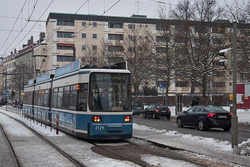 Wagen 2129 setzt am Wettersteinplatz ins Wendegleis zurück.