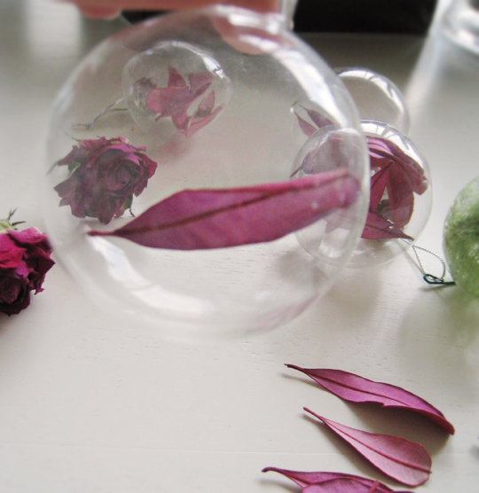 diy christmas ornaments+glass balls filled with rose petals and colored leaves